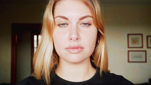 Porträt einer lächelnden blonden Frau, Italien