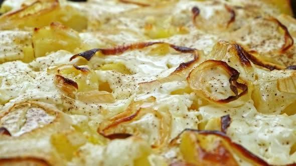 Gebratene Kartoffeln mit Zwiebeln mit Gewürzen und Käse aus nächster Nähe