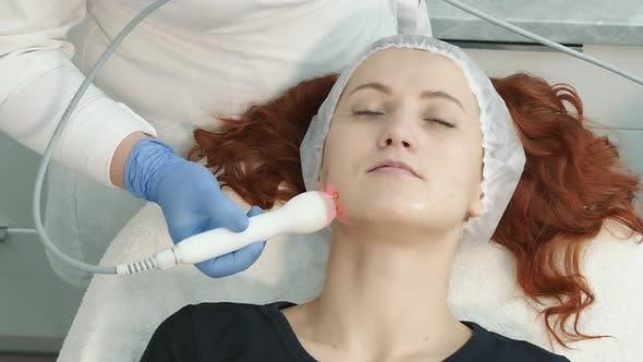Verfahren zur Gesichtsverjüngung in einer Kosmetologie-Klinik