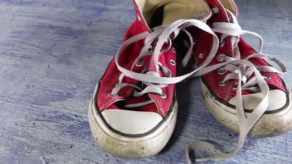 Alte Sneakers und Schnürsenkel