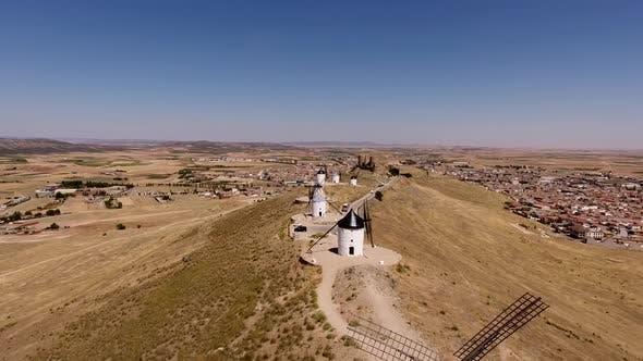 Thumbnail for Luftaufnahme von Don Quixote Windmühlen. Molino Rucio Consuegra in Spanien