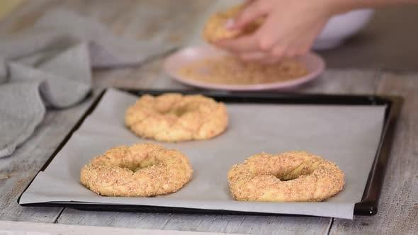 Frauenhände kochen einen türkischen Bagels Simit