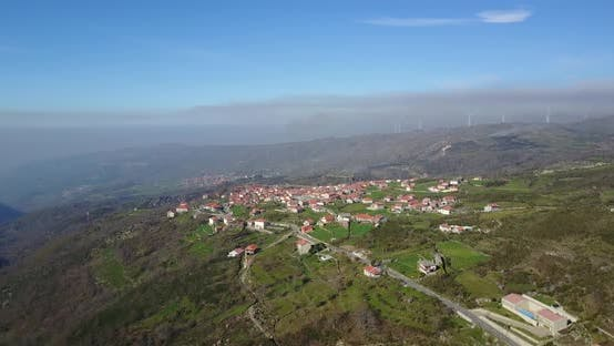 Thumbnail for Fliegen in Richtung Dorf Alhoes in Portugal