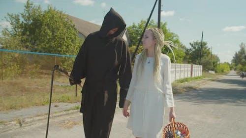 Paar in Halloween-Kostüme Trick oder Behandlung im Freien
