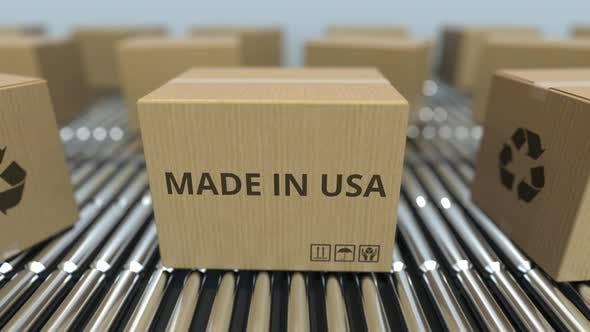 Schachteln mit MADE IN USA Text auf Rollenbahn
