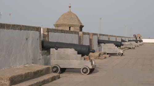 Kanonen an den Stadtmauern von Cadiz