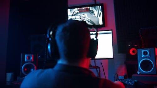 Ein Mann Sound Engineer in Kopfhörer Arbeiten in der Neon Sound Recording Studio - Recording a Rap
