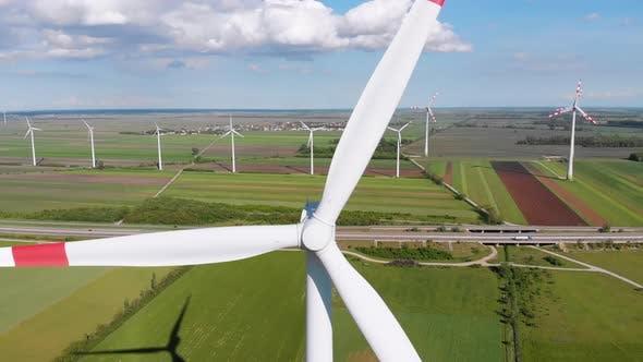 Luftaufnahme von Windkraftanlagen Farm und landwirtschaftlichen Feldern. Österreich.