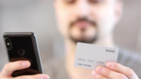 Человек с помощью смартфона и банковской карты от Pressmaster on Envato Elements