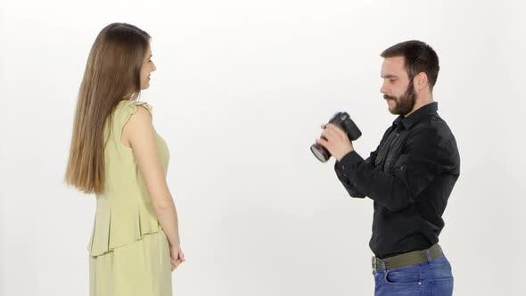 Thumbnail for Modell und Fotograf. Fotoshooting im Studio im Profil. Weiss