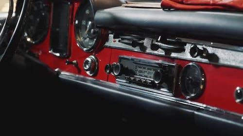 Nahaufnahme des Armaturenbrett-Panels des roten Retro-Autos