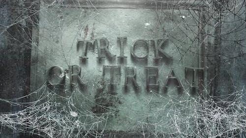 Animationstext Trick oder Treat und mystischen Horrorhintergrund mit dunklem Spinnennetz