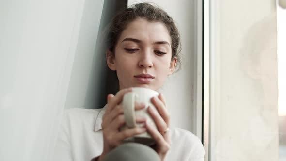 Fenster Mädchen mit Kaffeetasse