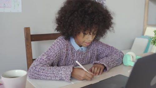 Virtuelle Online-Lernkurse für afrikanische Schulkinder zu Hause auf dem Laptop
