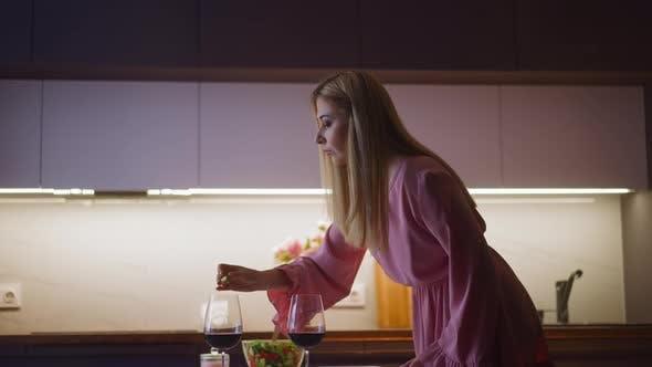 Drink Spiker gießt einschläferische Medizin ins Glas des Liebhabers
