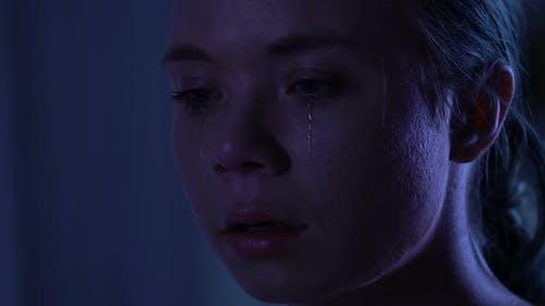 Unglückliche junge Frau weinen, Psychologische Traumata, Häusliche Gewalt, Nahaufnahme