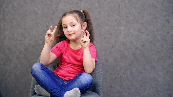 Porträt eines glücklichen Mädchens, Nahaufnahme eines Porträts eines Kindermädchens, das in