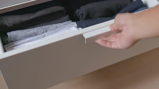 Thumbnail for Öffnen Sie die Schublade mit Kleidung