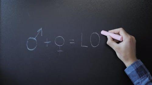 Mann plus Frau entspricht Liebe, die auf einer Tafel geschrieben ist. Love-Konzept