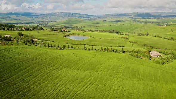 Fliegen über die wunderschöne Landschaft der Toskana Italien