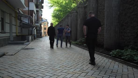 Thumbnail for Gruppe von Kriminellen Angriff Mann auf Straße