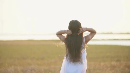 Frau mit langem Haar Walking