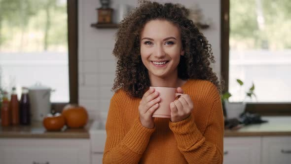 Thumbnail for Porträt von lächelnden jungen Frau trinken heißen Tee