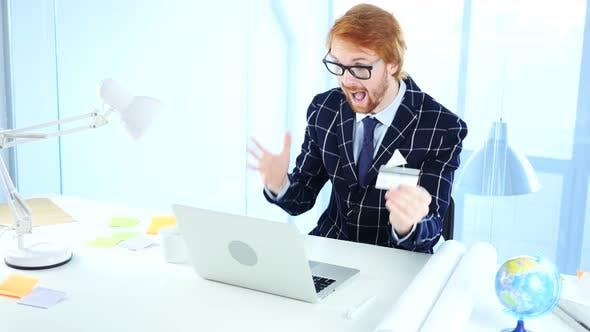 Thumbnail for Redhead Geschäftsmann begeistert für Online-Shopping, Zahlung per Kreditkarte