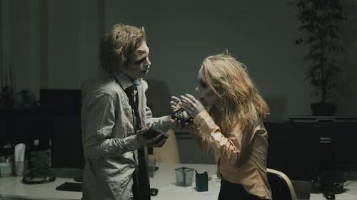 Zombie-Mann schenken Geschenk an Zombie-Freundin