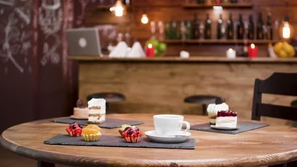 Thumbnail for Mittlerer Schuss süß, Kuchen und eine Tasse Kaffee