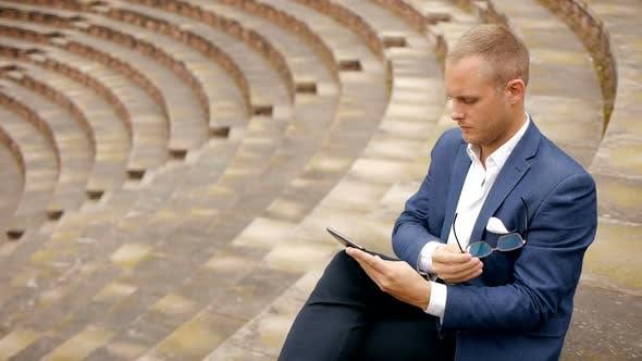 Thumbnail for Handsome Young Entrepreneur vertreten erfolgreiche Finanzkarriere Job