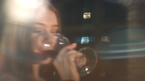 Thumbnail for Mädchen Verkostung Rotwein im Weinkeller