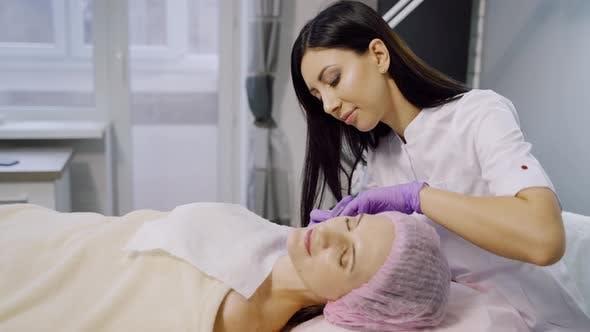 Thumbnail for Kosmetikerin macht Injektionen für eine Frau in einem Schönheitszentrum