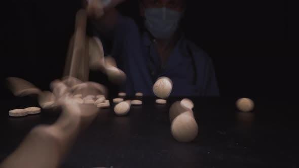 Thumbnail for Doctor Hand wirft Licht Pillen auf schwarze Oberfläche Nahaufnahme