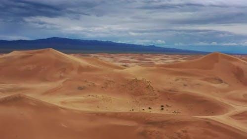 Luftaufnahme von Sanddünen in der Wüste Gobi Mongolei