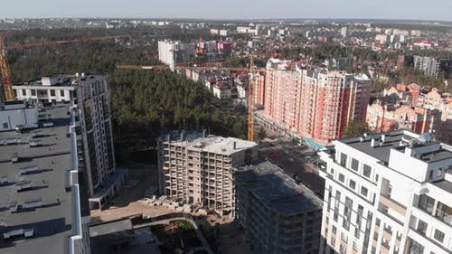 Moderne Gebäude des Wohnkomplexes. Wohnwohnungen im Bau.