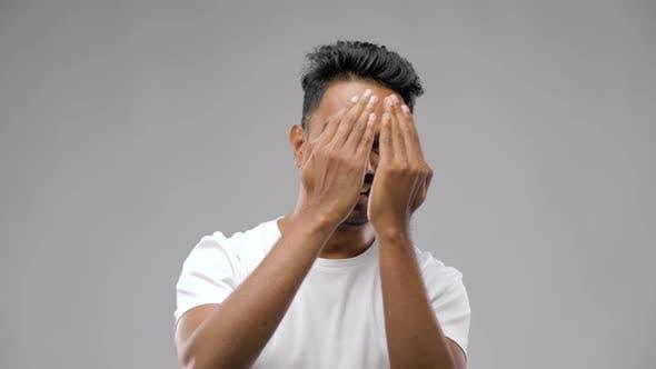 Thumbnail for Junge lachende Indianer Mann über grau Hintergrund 20
