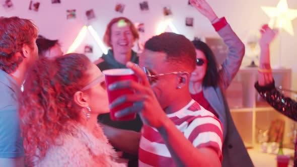 Thumbnail for Trendige multiethnische Mann und Frau tanzen und Spaß zu Hause Party