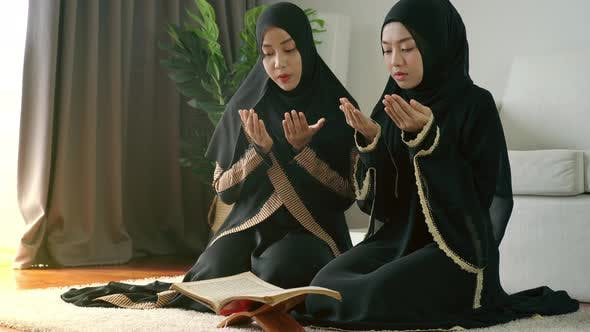 Asian Muslim Women Reading the Qur'an