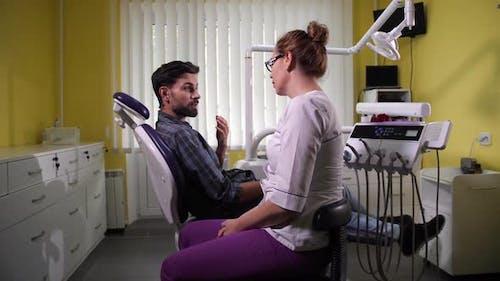 Mann Patient Besuch Zahnarzt in der Klinik Stomatologie