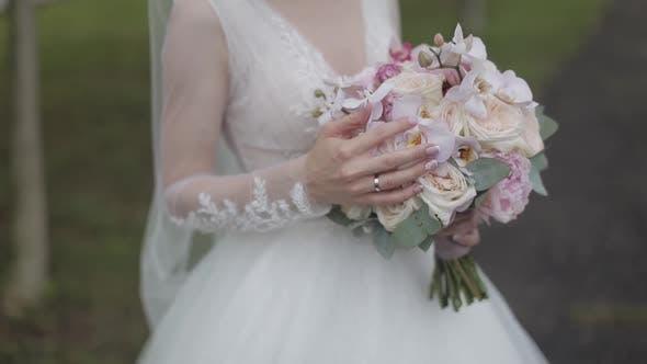 Thumbnail for Hochzeitsstrauß in den Händen der Braut. Hochzeitstag. Engagement