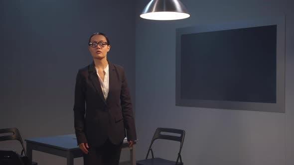 Thumbnail for Serious Woman Anwalt in einem Anzug in der Polizei