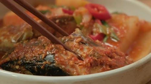 """Heben Sie koreanische Fischgerichte mit Stäbchen. """"Godeungeojorim"""" in Korea"""
