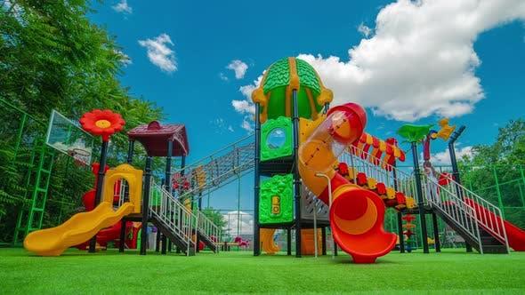 Bunter Spielplatz auf dem Hof im Parkbereich