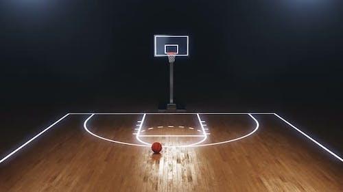 Basketballfeld mit Basketballbrett und Ball auf dem Boden