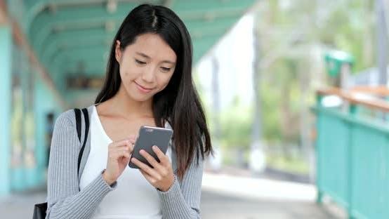 Thumbnail for Die Verwendung von Mobiltelefonen in der Stadtbahnstation von Hongkong