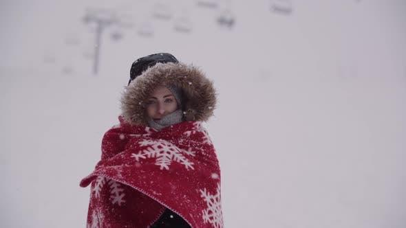 Thumbnail for Nahaufnahme der gefrorenen Frau in eine Decke bei Schneesturm gewickelt