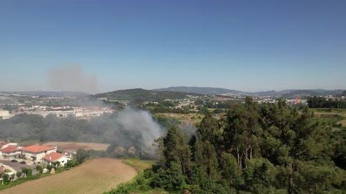 Waldbrand in der Nähe von Häusern