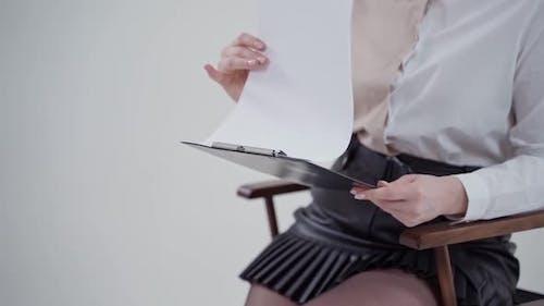 Geschäftsfrau hält Clipboards