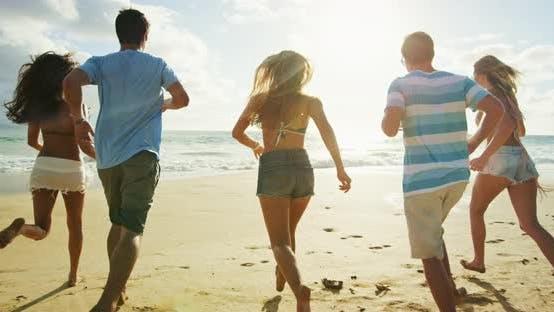 Thumbnail for Freunde am Strand bei Sonnenuntergang